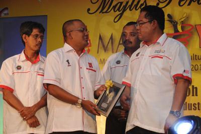 Anugerah Khas kepada Institut Skill-Tech oleh Menteri Pertanian dan Industri Asas Tani sempena MAHA Youth 2011